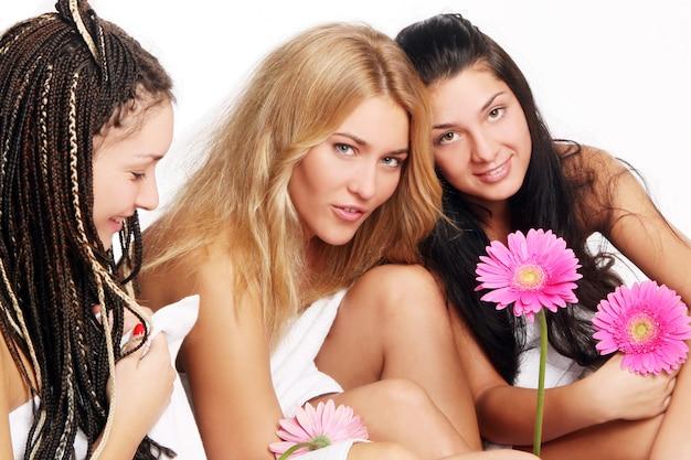 Группа красивых молодых женщин