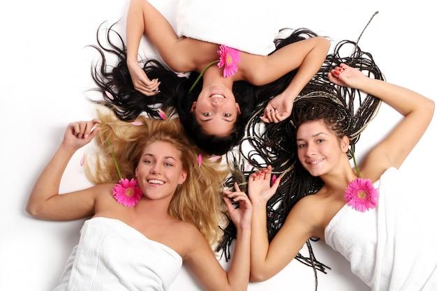 美しい若い女性のグループ