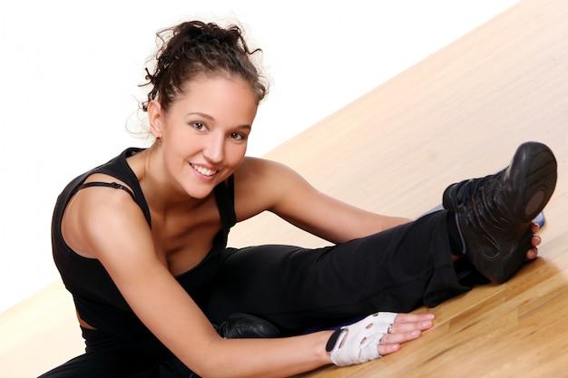 Красивая молодая женщина делает фитнес