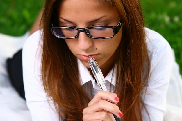 公園で勉強している美しい若い女性