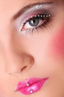 美しいメイクアップとファッション女性の顔
