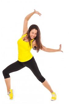Счастливая молодая женщина в одежды для фитнеса