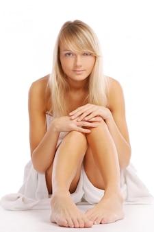 Молодая и красивая женщина на белом