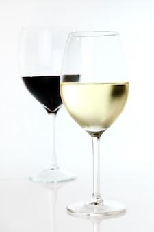 グラスに赤と白のワイン