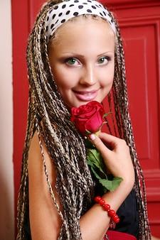 路上で若くて美しい女性