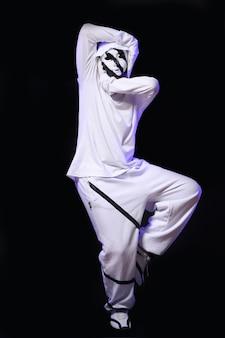 スタジオのヒップホップダンサー
