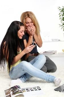 Две молодые девушки дома