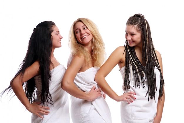 Группа из трех красивых девушек