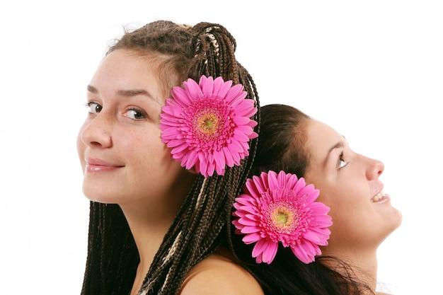 Группа из двух молодых девушек