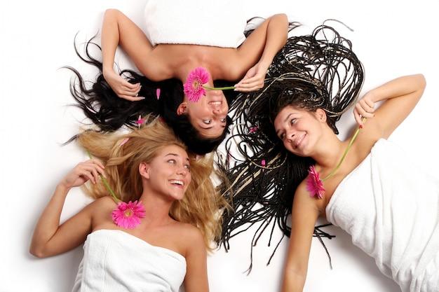 Группа молодых и красивых девушек