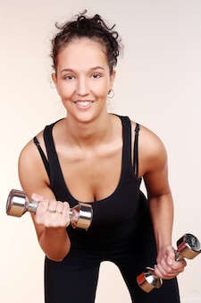 Красивая сексуальная женщина делает фитнес