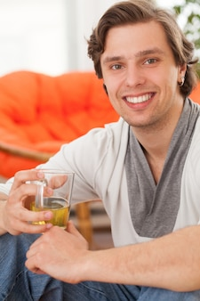 自宅で若い幸せな白人男
