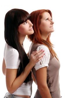 Две молодые и красивые девушки в комнате