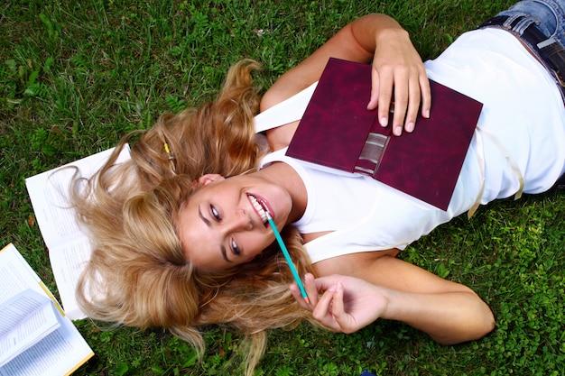 若くて美しい学生の女の子