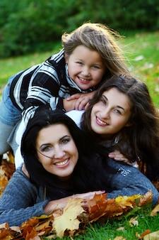 Молодая семья принимает здоровую прогулку по осеннему парку
