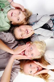 若くて美しい男の子のグループ