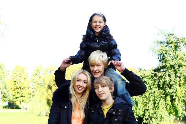 幸せな家族は公園で楽しい時を過す