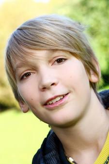 若くて魅力的な男の子の肖像画
