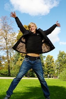 若くて魅力的な男は公園で楽しい時を過す
