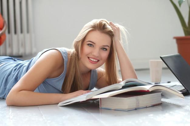 Красивая блондинка