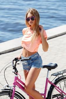 Красивая девушка с велосипедом
