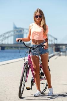 自転車で美しい少女