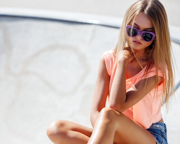 ショートパンツで美しい少女