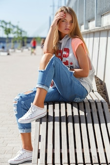 破れたジーンズで美しい少女