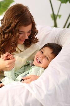 愛らしい子供と母親