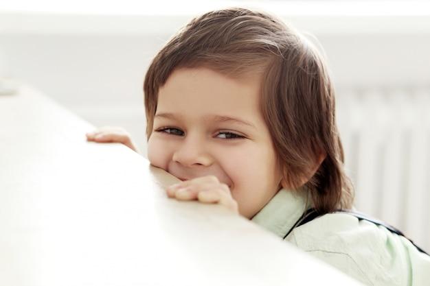笑っている愛らしい子供