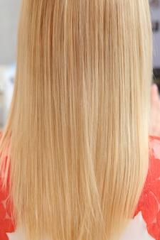 ストレートブロンドの髪