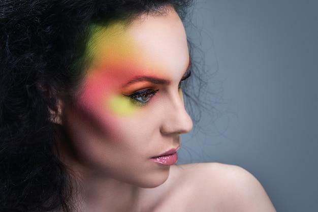 Женщина с разноцветным макияжем