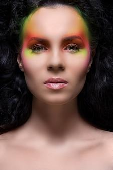 色のメイクアップを持つ女性