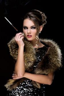 ビンテージ。タバコで美しい少女