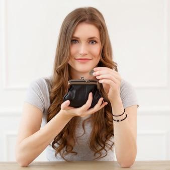 財布を持つ魅力的な女の子
