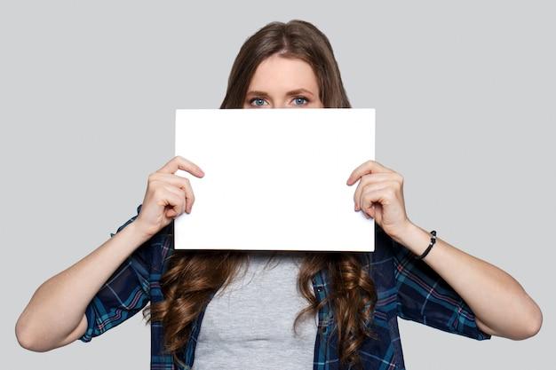 Девушка держит белый щит
