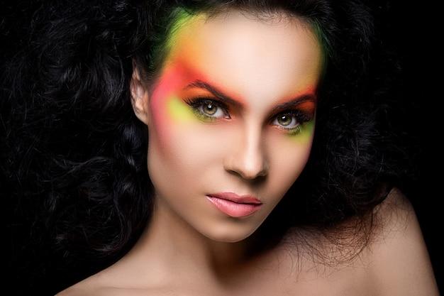 色付きのメイクアップを持つ魅力的な女性