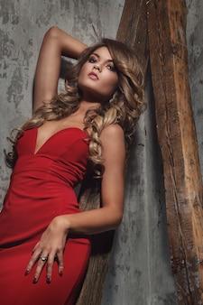 赤いドレスの美しい巻き毛の女性