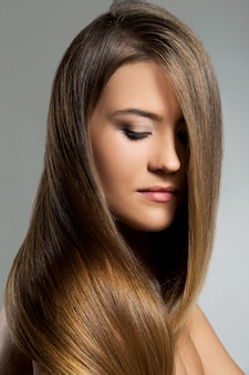 Красивая девушка с длинными волосами