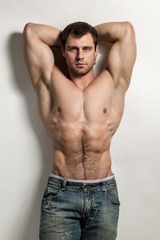 裸の胴体を持つハンサムな筋肉男