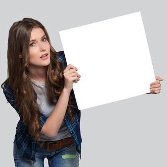 白い看板を保持している女の子