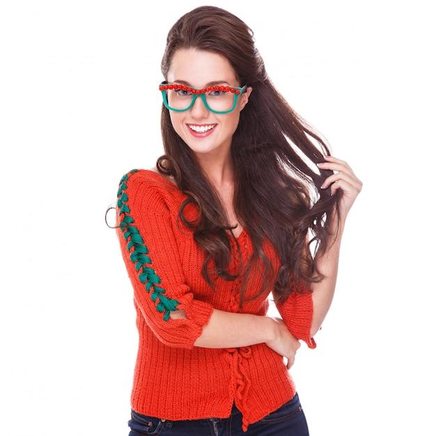 赤いセーターで美しい女性