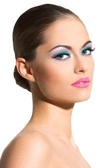 Красивая девушка с красочным макияжем