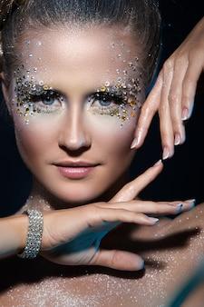 Женщина с художественным макияжем
