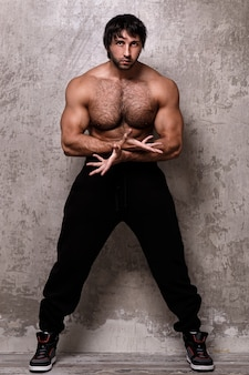 上半身裸の筋肉男