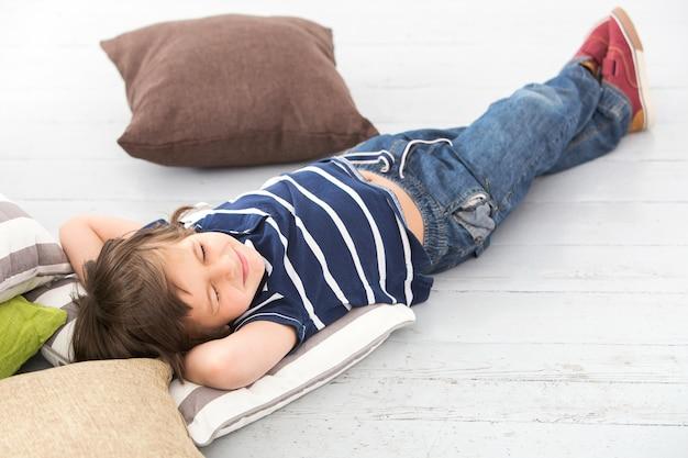 床に愛らしい子供