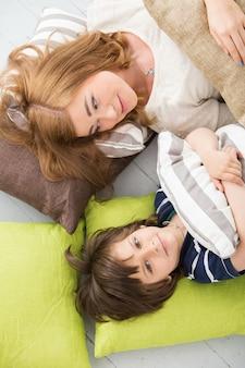 床に母親と一緒に愛らしい子供