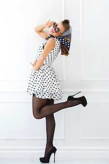 かわいいドレスのピンナップ女性