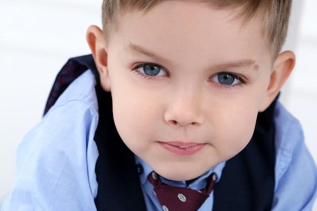 Прелестный ребенок в костюме