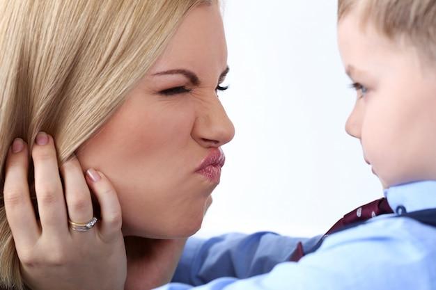 Мать с очаровательным ребенком